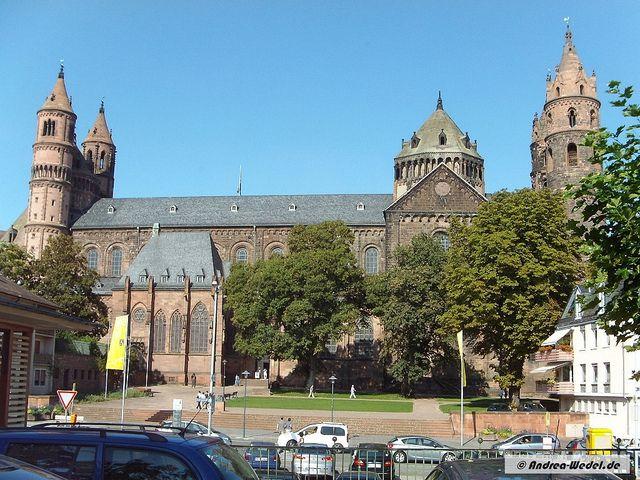 Der Wormser Dom, auf dem höchsten Punkt der Wormser Innenstadt gelegen, ist das bedeutendste Bauwerk der Wormser Romanik und eng mit dem Namen Bischof Burchards und der Blütezeit der Wormser Stadtgeschichte während des 12. und 13. Jahrhunderts verbunden.