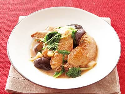 高城 順子 さんの鶏手羽先を使った「手羽先、しいたけ、水菜の煮物」。骨付きチキンのとろみが、煮汁にたっぷり。オイスターソースのコクと香りで、本格味の煮物に。 NHK「きょうの料理」で放送された料理レシピや献立が満載。