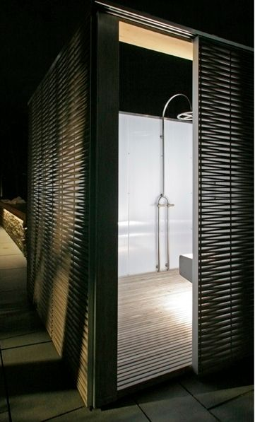 Love this outdoor showerLemon Limes, Shower Beer, Beach Shower, Beach Eeddings, Beach Houses, Outdoor Showers, Apres Beach, Architecture, Sliding Doors