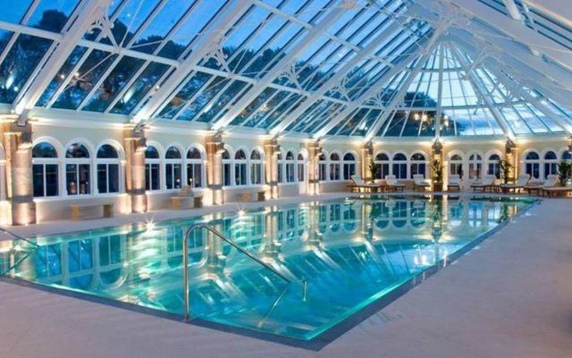 In Scozia un meraviglioso castello moderno con piscina coperta a pochi passi dal lago di Loch Ness (Fotogallery)