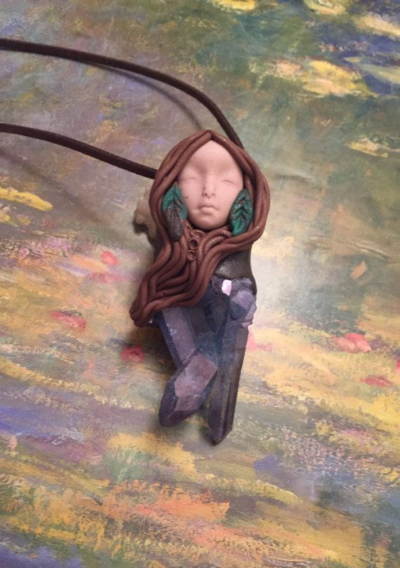 Statua della dea della terra Gaia o Figurine.  Dichiarazione collana di dea. Pendente di argilla fatti a mano.   Wiccan, Geode gioielli. Gioielli di Terracota.