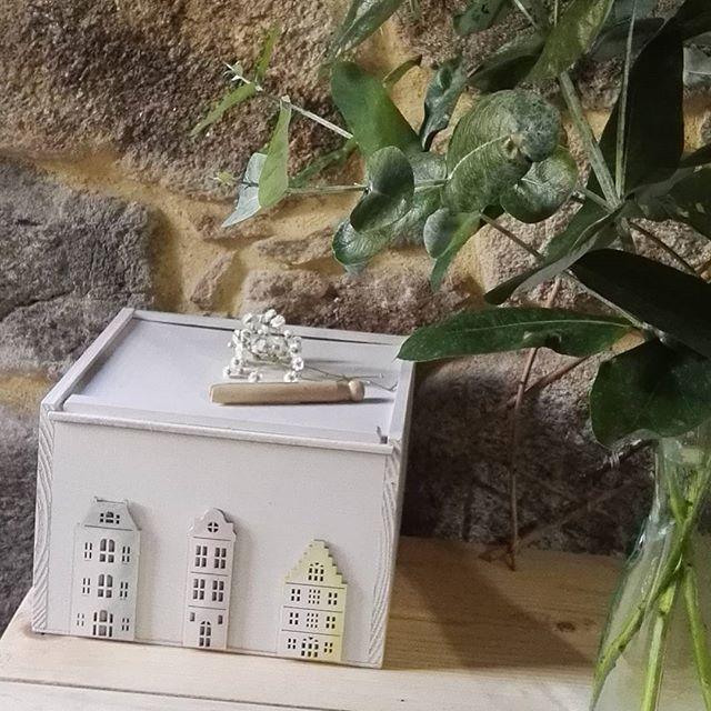 Después se haber transformado esta caja de vino en algo así de bonito, nos quedan ganas de tener más cajas ... Como lo hicimos? Unas siluetas y pintura Markal de @todostencil , chalkpaint de @novasolspray y...todo el proceso en el blog de @todostencil ... #homemade #upcycle #reciclaje #wood #madera #homedecor #homeware #decor #white #blanco #todostencil #pintyplus #pinturaalatiza #markalpaintstick #markal