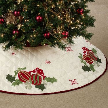 Quilted Ornaments Christmas Tree Skirt (OH MAN I LOVE THIS ONE)