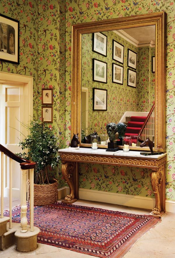 Came across this gorgeously renovated, nine bedroom Georgian Manor house, set in the English countryside ..  with stunning mirrors,antiquefurniture and art ... it's all veryromantic and beautiful.    Belonging toAuriol, Marchioness of Linlithgow & featured in Period Living UK.