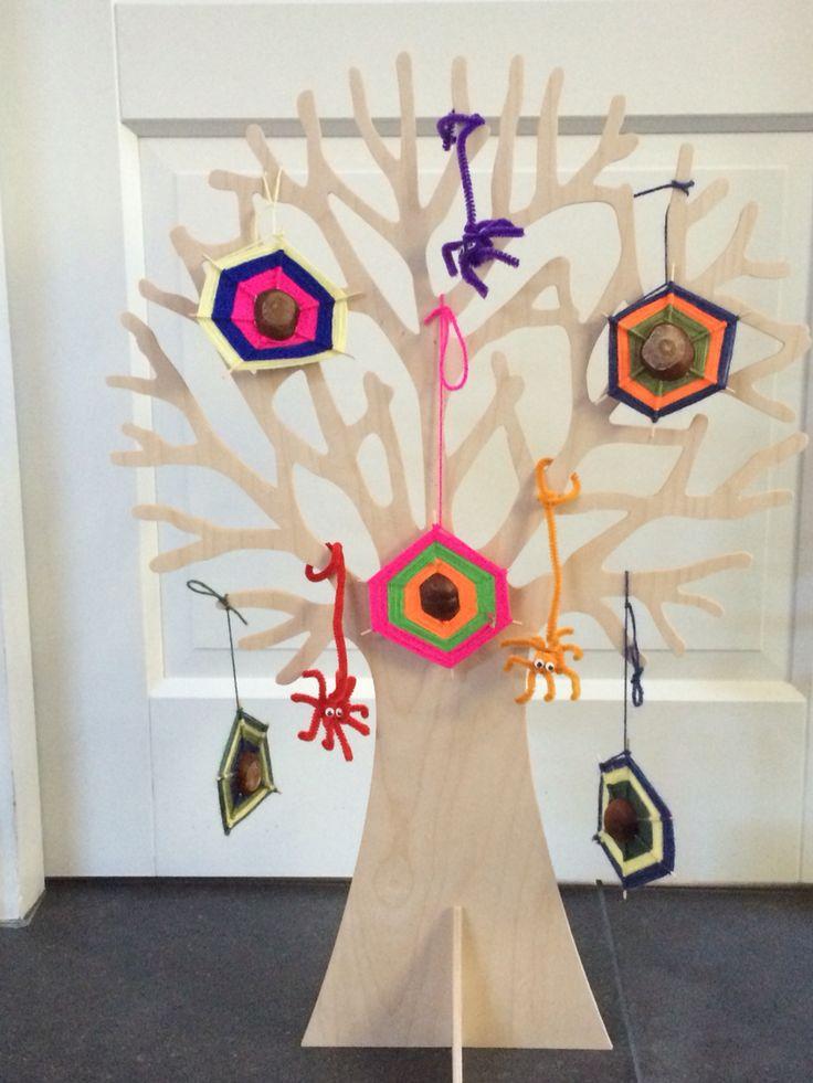 Seizoensboom Herfst. Spinnenwebben van kastanjes en wol, spinnetjes van chenilledraad.