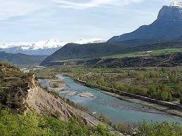 El río Cinca (en aragonés: a Zinca) es un río del noreste de España que nace en el circo de Pineta, en el Parque Nacional de Ordesa y Monte Perdido, en el Pirineo Aragonés. Desemboca en el río Segre poco antes de que éste lo haga en el Ebro en Mequinenza (Zaragoza). Conforma una rica región agrícola con Monzón, Fraga y alrededores.