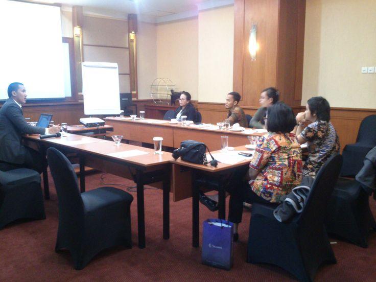 Bapak M Rizky Dwinanto | Partner at ADCO Attorneys at Law sedang memaparkan materi Hak Pemegang Jaminan dalam Pailit atau Pembubaran — at Mercure Jakarta Kota Hotel.