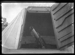 Le petit observatoire en pierre : une lunette de Secrétan avec monture équatoriale et équipée pour la photographie à longue pose ; une lunette avec monture équatoriale actionnée à la main (modèle Mailhat) ; le mécanisme de rotation de la coupole. [1903]-[1928].