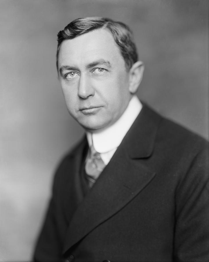 En 1906, Ivy L.Lee un dels pares de les relacions publiques, va publicar una Declaració de Principis, que va dir que el treball de relacions públiques ha de fer-se en els temes d'interés públic i obert, ha de ser necessària i cobrir.