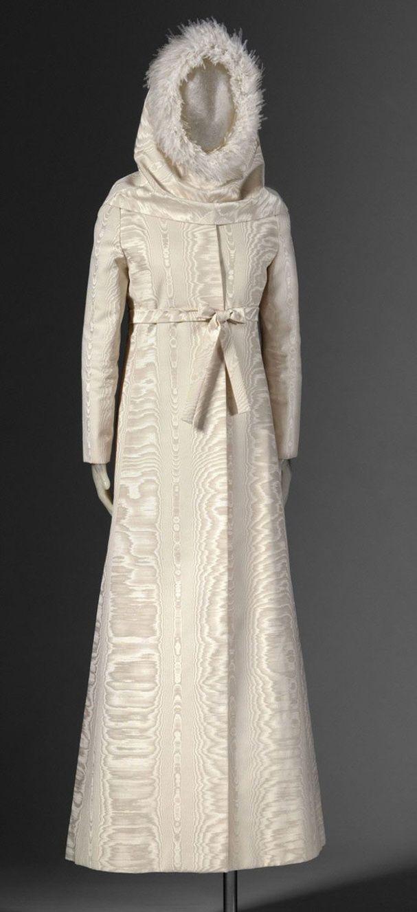 Une robe de mariée à capuche