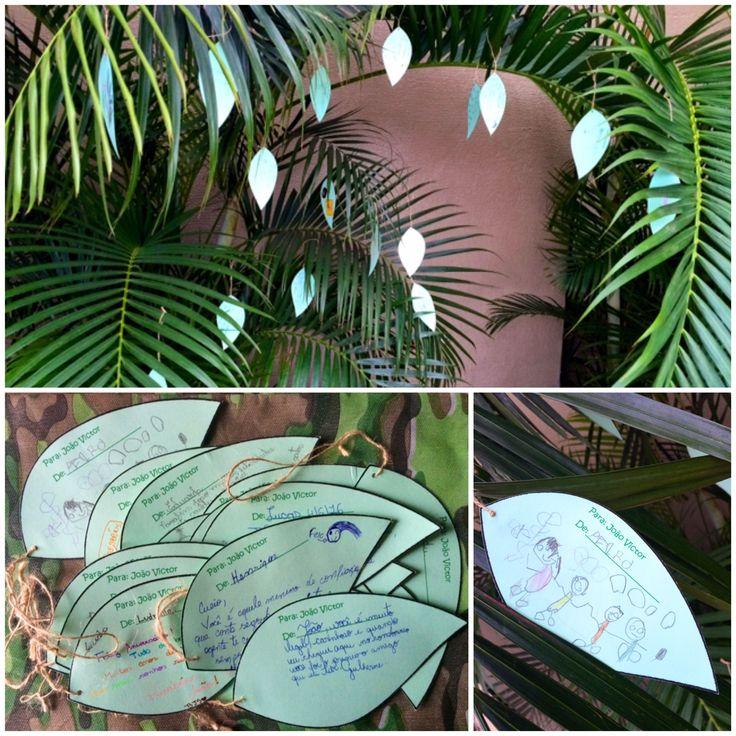 """A decoração do acampamento ganhou um toque todo especial. As crianças trouxeram as """"folhas de mensagem"""" e foram pendurando nas plantas, ao chegarem pra festa."""