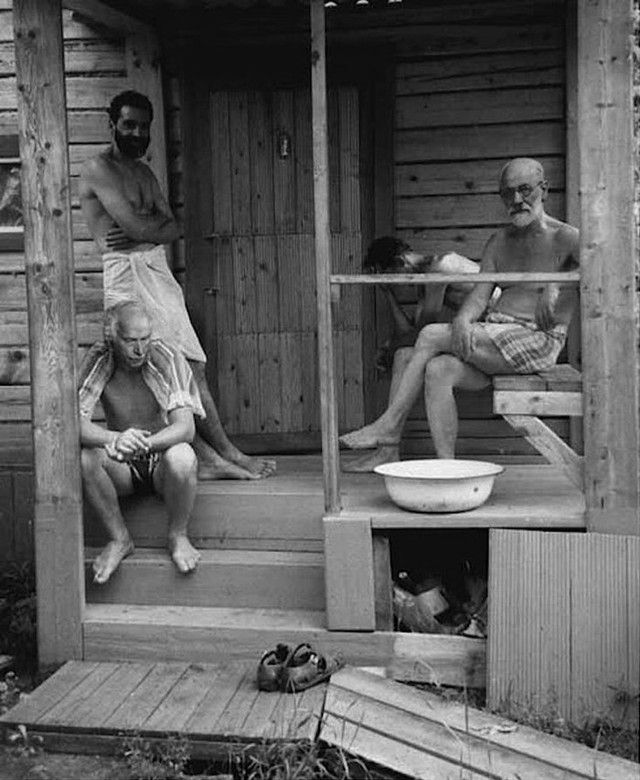 Sigmund Freud and Carl Jung relax with friends after a bath, 1907