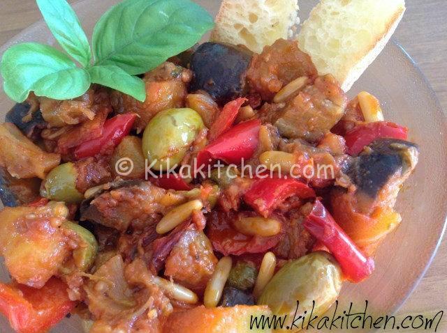 La caponata con peperoni è la variante catanese della classica caponata di melanzane, con peperoni rossi o gialli, patate e olive verdi.