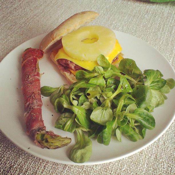 Asperge au jambon cuit, hamburger hawaïen accompagné d'une salade de mâche sauce vinaigrette et miel.