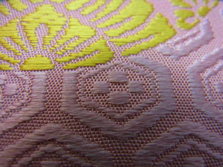 平七:有職浮織名刺入れ 鴇色亀甲霰地文に黄色伏蝶の丸文様(アップ)