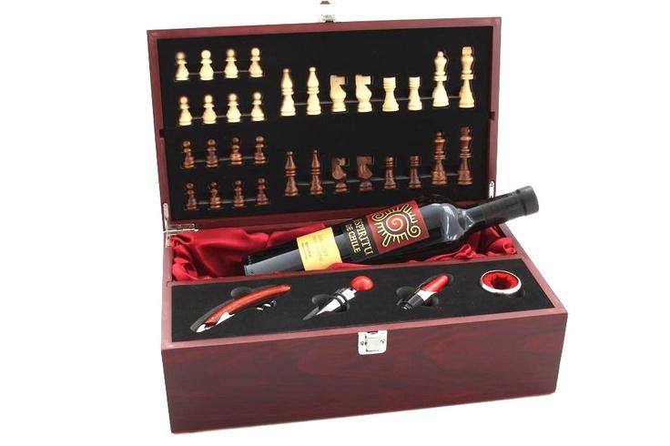 Un cadou inedit, ce combina pasiunea pentru sah cu pasiunea pentru un vin bun.    Caseta este din lemn si partea sa superiora poate fi transformata intr-o tabla de sah. In interior, ea contine toate accesoriile necesare in arta degustarii unui vin de calitate.