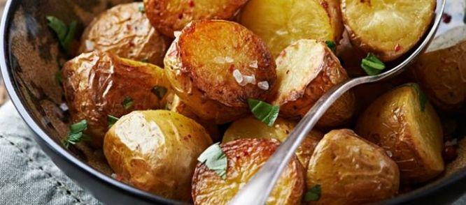 Dit is een supermakkelijke en lekkere manier om aardappels klaar te maken. De gepofte knoflooktenen knijp je aan tafel over de aardappels uit. Heerlijk met...