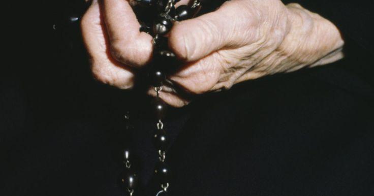 Cómo rezar el rosario antes de un funeral . Los católicos romanos rezan el rosario, una serie de rezos y meditaciones, diariamente y durante los servicios de la iglesia. Durante el velatorio de un funeral católico, un sacerdote normalmente guía a los dolientes en el Rosario de los Muertos. Como la recitación del rosario diario, este involucra meditación sobre la serie de misterios mientras ...