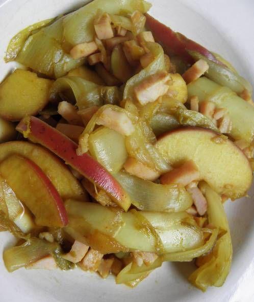 Witlof Met Appel In Kerrie-honingsaus :4 stronken witlof 1 rode appel 250 gram kipreepjes (gaar) 1 eetlepel honing 2 eetlepels ketjap 1 theelepel kerrie 1 teen knoflook 1 eetlepel (wok)olie