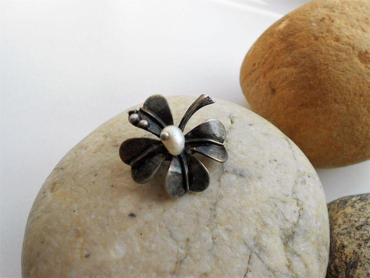 čtyřlístek+-+brož+Drobný+šperk+z+cínu+a+říční+perličky.+Vyrobeno+z+mědi,+cínu+a+říční+perly.+Velikost+brože+je+3+x+3+cm.+Brožové+zapínání.+Patinováno,+leštěno,+povrchově+ošetřeno.