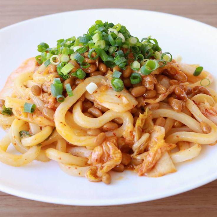 「キムチ納豆焼きうどん」の作り方を簡単で分かりやすい料理動画で紹介しています。冷凍うどんを使ったお手軽レシピです。 一人分のお昼ご飯や夜食にピッタリです。 キムチと納豆、ねぎは相性抜群です。 キムチが余ってしまったときなどにもおすすめです。 とっても簡単なので是非、作ってみてくださいね。