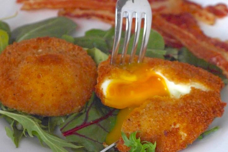 These Epic Crispy Poached Eggs Are Insta-Worthy 5 eggs, one reserved for the egg wash 1 teaspoon white vinegar ¼ teaspoon salt 1 cup breadcrumbs ¼ teaspoon pepper ½ teaspoon garlic powder ¼ teaspoon salt ½ cup flour 1 bottle vegetable oil, for frying