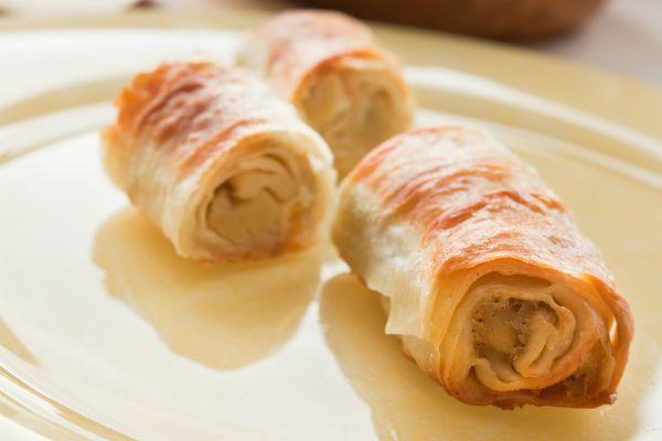 Μια πολύ καλή συνταγή για να φτιάξετε φλογέρες με κοτόπουλο και πιπεριέςσε φύλλο κρούστας στο φούρν...