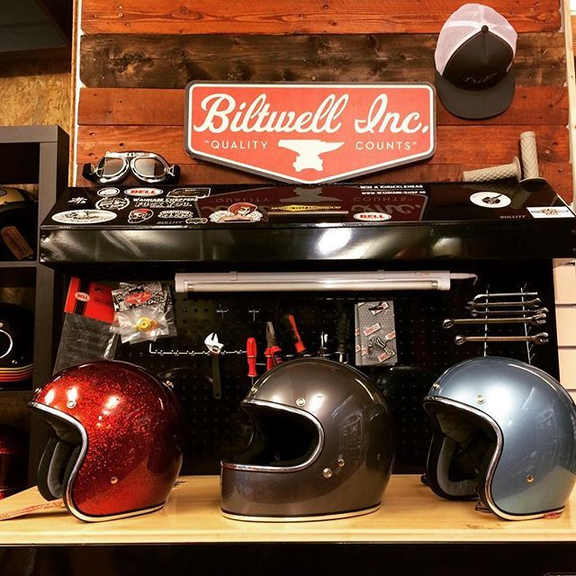 Bonanza Root Beer is back with new Biltwell 2017 helmets like gringo charcoal or bonanza blue steel. #r2store #biltwell #biltwellbarcelona #gringo #bonanza #casco #helmet #casque #custom #kustom #caferacer #scrambler #tracker #fullface #winter #openface #motorcycle #bikeride #havefun #quality #fashion #barcelona #bikeshop #shop #downtown #sagradafamilia