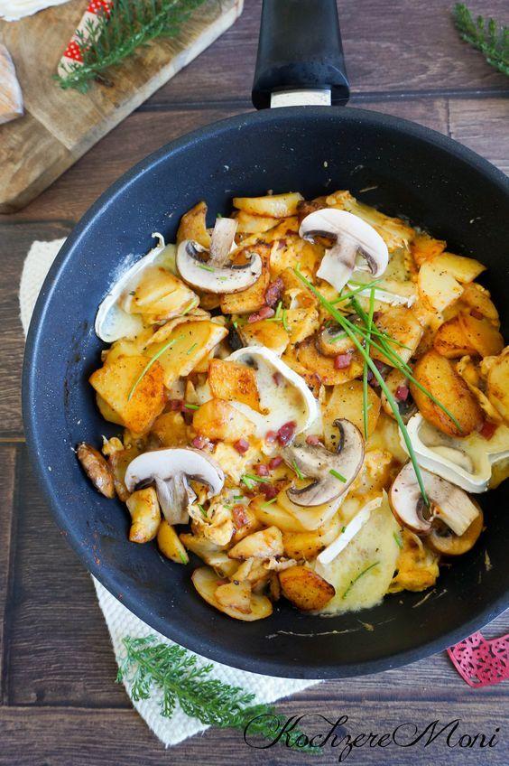 Bergbauernfrühstück mit Rührei, Champignons, Speck, Camembert und Bratkartoffeln
