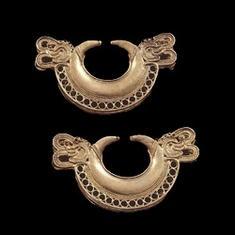 Orejeras. Tumbaga dorada. 900 d.C. - 1600 d.C. Magdalena. 4,2 x 7,8 cm, 4,3 x 7,7 cm
