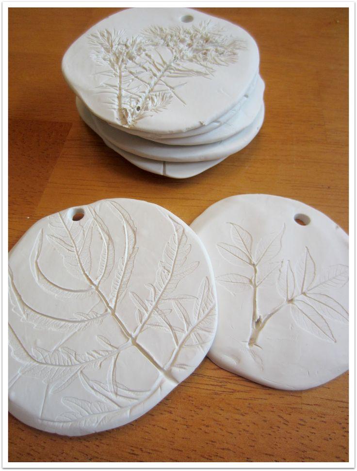 Impresiones de hojas sobre masa, plasticina, greda o porcelana fría.