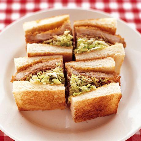 レタスクラブの簡単料理レシピ サクッと揚げたカツに甘めのソースが◎「キャベツたっぷりとんカツサンド」のレシピです。