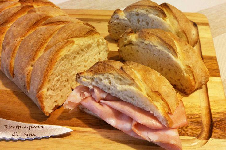 Pane veloce ricetta con lievito secco - Una ricetta per il pane un po' diversa e alla portata di tutti per ottenere del buon pane con poco sforzo e poco tempo ma con tanta soddisfazione. Una crosta croccantissima, una mollica morbida e un profumo invitantissimo!