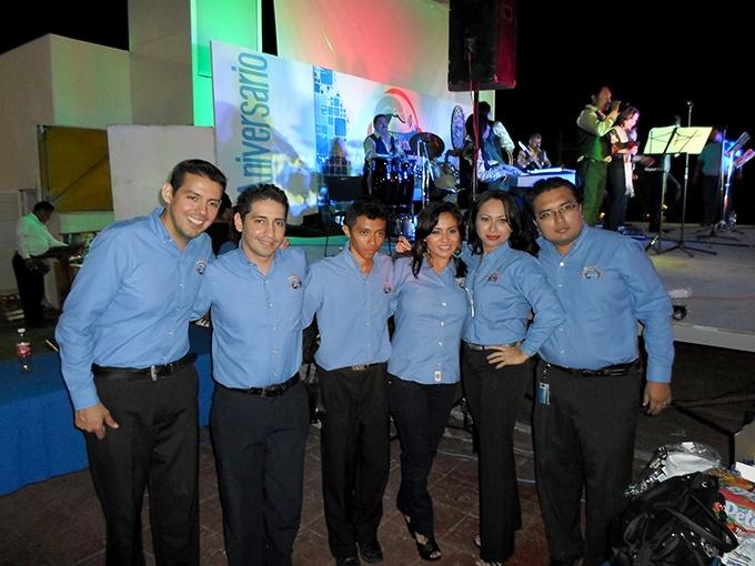 Integrantes de Radio Delfín durante el evento del sexto aniversario.