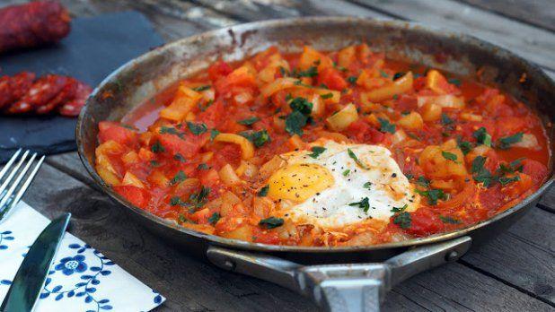 Lečo - na oleji zpěníme cibuli, přidáme bílé papriky, dusíme, zaprášíme mletou paprikou, přidáme rajčata a znovu dusíme. Vypneme plotnu, do horkého leča rozklepneme vajíčka, necháme zatuhnout, rozmícháme, přidáme fazole z konzervy, sůl a pepř.