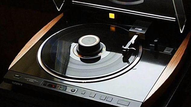 Sony only produced one ES grade turntable over the years. The Sony PS-X555ES turntable. A quality turntable indeed... This turntable is part of my personal collection....  - www.remix-numerisation.fr - Rendez vos souvenirs durables ! - Sauvegarde - Transfert - Copie - Digitalisation - Restauration de bande magnétique Audio - MiniDisc - Cassette Audio et Cassette VHS - VHSC - SVHSC - Video8 - Hi8 - Digital8 - MiniDv - Laserdisc - Bobine fil d'acier - Micro-cassette - Digitalisation audio…
