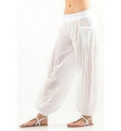 Tunna och svala, vita byxor i 50% siden 50% bomull med fickor. Skön elastisk, bred linning och muddar i ankeln. SEK 449,-
