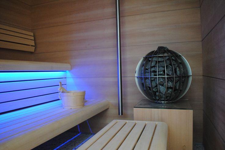 Detail sauna met kachel. Maatwerk RVS koudwaterkraan. werkt met sensor.