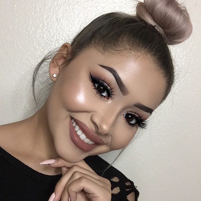 I hardly smile in my selfies so here's one  Thanks to @7qspa for the amazing results!  _______ @themakeupshack Mad Eye lashes @doseofcolors Eyes Cream pallete @bebellacosmetics Dark Brown eyebrow gel @ofracosmetics Rodeo Drive highlight @gerardcosmetics Slay All Day setting spray @colourpopcosmetics Bff lip liner @jouercosmetics Terra & Buff lip cremes