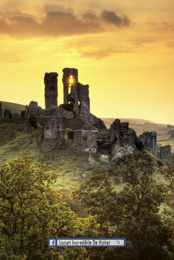 Ruinele magice, pot spune atât de multe povesti ... o fotografie frumoasă, Castelul Corfe - Regatul Unit, de Noel Coates.  Like & Share daca va place.