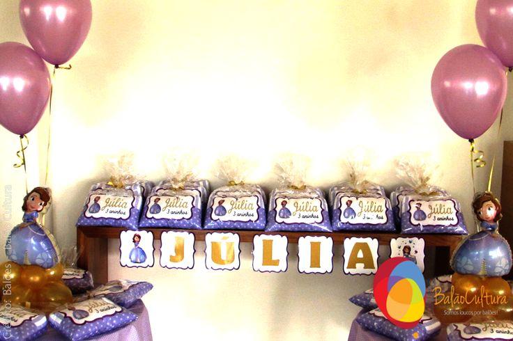 Festa Princesa Sofia. Mesa de lembrancinhas com balões perolizado lilás.  Crédito: Balões: Balão Cultura Decoração: O Chá das 5  www.boxbalao.com