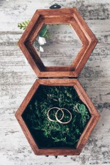 Woodland ring holder with beautiful handmade flowers. Inside is natural moss.This cute small size box makes a perfect ring holder for your wedding or used as proposal box!