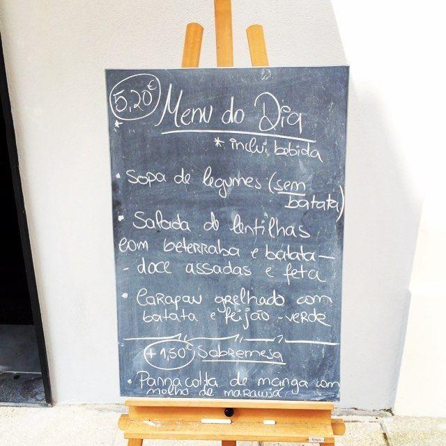 Menu almoço  Sopa de legumes (sem batata) | Salada de lentilhas com beterraba e batata doce assadas e feta | Carapau grelhado com batata e feijão-verde  Pannacotta de manga com molho de maracujá  #deli #woody #sweetpotato #beterraba #carapau #pannacotta  #ruavisconde #healthyfood #takeawaycoffee #cafe  www.woody.pt by woodycafedeli
