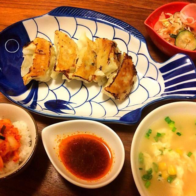 今日の夕飯(^-^)/   実家でまとめ買いしてるいつもの冷凍餃子、ウマ〜♡  昨日解凍しておいたちょっぴりご飯、お腹いっぱいで食べれなかったので、腹ペコになっちゃった今日食べよ〜(^^;; - 55件のもぐもぐ - 焼き餃子、中華風コーンスープ、キムチのせご飯ちょっぴり、ハムサラダ 2015.4.20 by kirahime