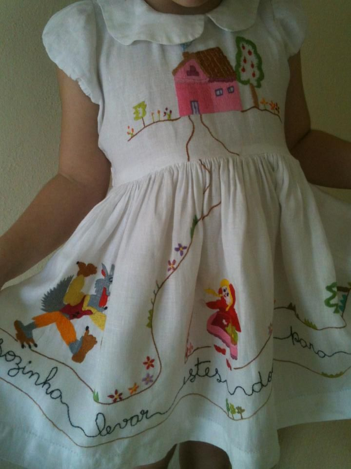 """Lindo vestido """"Chapeuzinho Vermelho"""" ,bordado em matiz á mão no tecido de linho."""