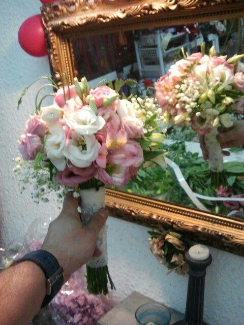 ramo de novia en forma de bouquet compuesto por lisianthums blancos y rosas ademas de