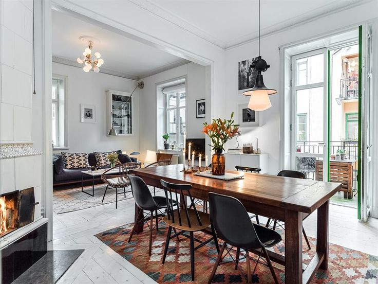 Matrum med både balkong och vacker kakelugn