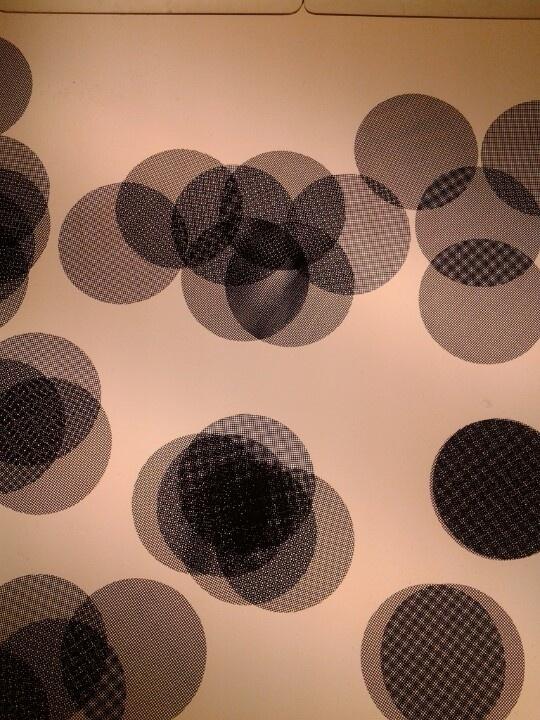 Tela de rayas y cuadros sobre mesa de luz.                                                                                                                                                                                 Más
