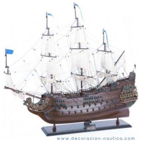 """Maqueta REY SOL El Rey Sol (1669), navío de guerra francés, es un barco de línea de segunda fila de 80 cañones. Conoce su poder y su gloria cuando el 29 de mayo del 1692, dirigido por el almirante Tourville, el """"Soleil Royal"""" sale al mar con una escuadra de 45 barcos a la punta de Barfleur.  Medidas: Alto:85.00 x Largo:95.00 x Ancho:29.00 cm. Peso: 5.80 Kgs."""