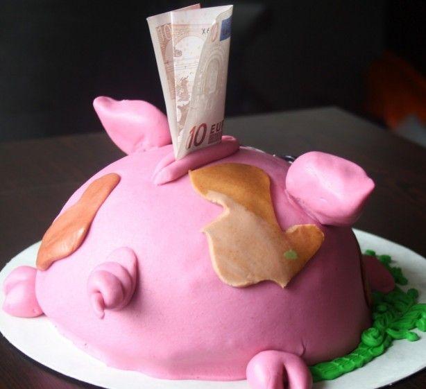bak een half rond cakeje of een taart, maak er een spaarvarkentje van met roze marsepein....wat geld er in en klaar....super leuk om cadeau te geven i.p.v. een envelopje.